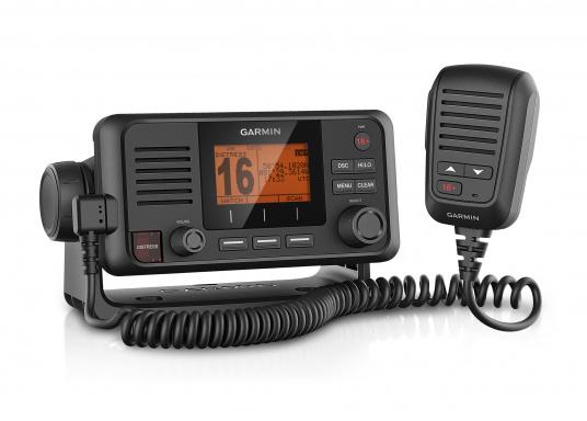 Die Kommunikation ist auf dem Wasser entscheidend. Mit dem VHF 115i-Funkgerät können Sie mit der Küste und mit anderen Booten in der Region in Kontakt bleiben. Damit stehen Sie immer in Kommunikation – ganz gleich, wo Sie sind oder wohin Sie unterwegs sind.
