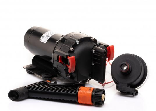 Die AQUA JET WD 5.2 ist eine Membranpumpen mit 5 Kammer-Verdrängungssystem. Diese Pumpe ist die ideale Lösung als Deckwasch- und Reinigungsgerät, da sie 5 bar Druck erzeugt und somit eine schnelle und einfache Reinigung gewährleistet. Spannung: 24 V. (Bild 4 von 6)