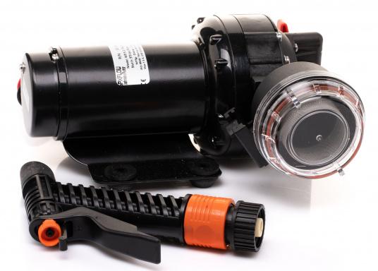Die AQUA JET WD 5.2 ist eine Membranpumpen mit 5 Kammer-Verdrängungssystem. Diese Pumpe ist die ideale Lösung als Deckwasch- und Reinigungsgerät, da sie 5 bar Druck erzeugt und somit eine schnelle und einfache Reinigung gewährleistet. Spannung: 24 V.