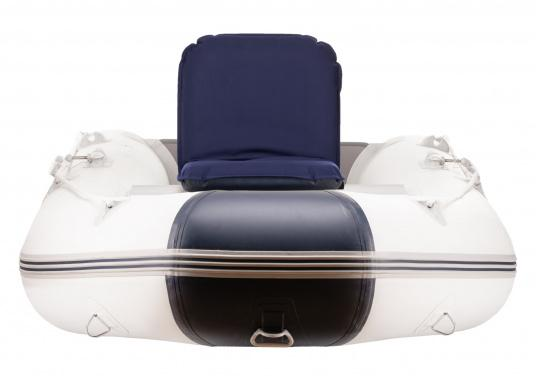 Sit comfortably on board. The Comfort Seat features 40 comforatble sitting positions: from upright to relaxed lying. Both the compact design and the attached Velcro straps make this seat cushion perfect for attaching to a dinghy bench. Available in dark blue and grey. (Afbeelding 3 of 6)