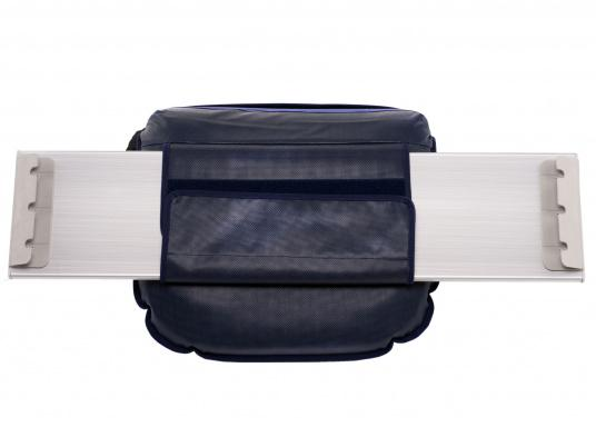 Sit comfortably on board. The Comfort Seat features 40 comforatble sitting positions: from upright to relaxed lying. Both the compact design and the attached Velcro straps make this seat cushion perfect for attaching to a dinghy bench. Available in dark blue and grey. (Imagen 5 of 6)