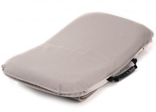 Sit comfortably on board. The Comfort Seat features 40 comforatble sitting positions: from upright to relaxed lying. Both the compact design and the attached Velcro straps make this seat cushion the perfect for attaching to a dinghy bench. Available in dark blue and grey. (Afbeelding 2 of 6)
