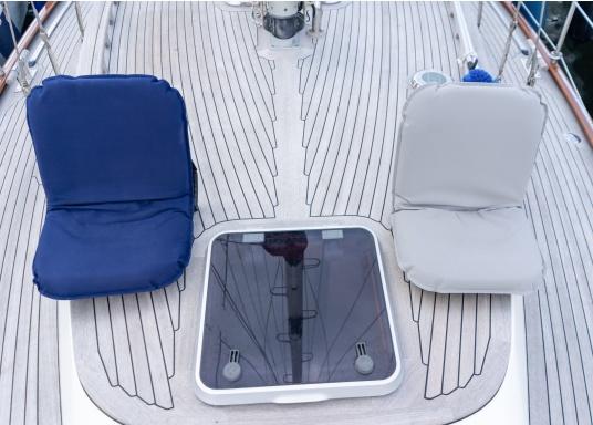 Mobiler Sitzkomfort an Bord. Der Comfort Seat bietet Sitzkomfort in 40 Positionen: vom aufrechten Sitzen bis zum entspannten Liegen. Sowohl die kompakte Bauweise als auch die daran befestigten Bänder mit Klettverschluss machen dieses Sitzpolster-Modell perfekt für die Befestigung an einer Beibootbank. (Bild 5 von 8)