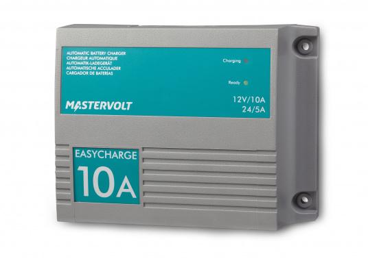 Mit einer Serie kleiner Ladegeräte erweitert Mastervolt seinen Einsteigerbereich.Der Batterielader EasyCharge ist für den 12 sowie 24 V Betrieb geeignet und liefert einen Ladestrom von 10 A. Wird mit Kabelschuhen an der Anschlussleitung zur direkten Befestigung an den Batteriepolen geliefert. Montage: Festmontage. (Bild 2 von 6)