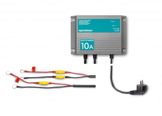 Mit einer Serie kleiner Ladegeräte erweitert Mastervolt seinen Einsteigerbereich.Der Batterielader EasyCharge ist für den 12 sowie 24 V Betrieb geeignet und liefert einen Ladestrom von 10 A. Wird mit Kabelschuhen an der Anschlussleitung zur direkten Befestigung an den Batteriepolen geliefert. Montage: Festmontage. (Bild 3 von 6)