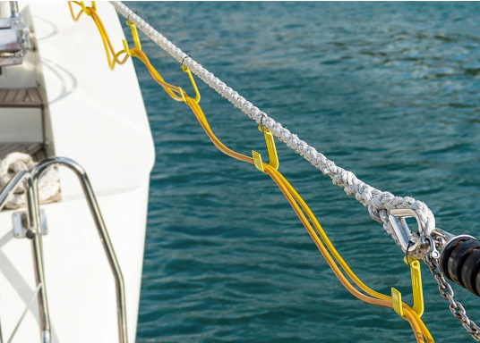 The JACK-IT plastic hook offers a wide range of applications. It allows you, for example, to run the shore power cable or the water hose from the jetty comfortably and professionally to the boat. JACK-IT can remain on the mooring line when doing so. (Image 5 of 10)
