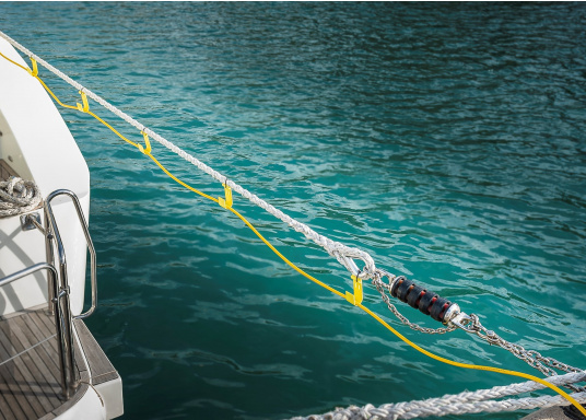 The JACK-IT plastic hook offers a wide range of applications. It allows you, for example, to run the shore power cable or the water hose from the jetty comfortably and professionally to the boat. JACK-IT can remain on the mooring line when doing so. (Image 6 of 10)
