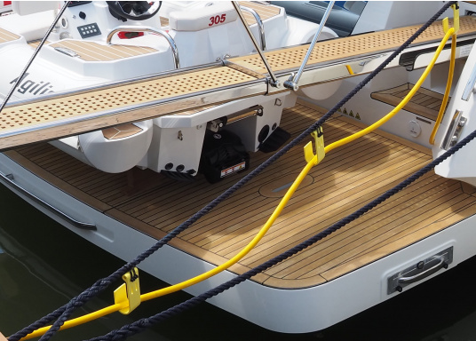 The JACK-IT plastic hook offers a wide range of applications. It allows you, for example, to run the shore power cable or the water hose from the jetty comfortably and professionally to the boat. JACK-IT can remain on the mooring line when doing so. (Image 7 of 10)