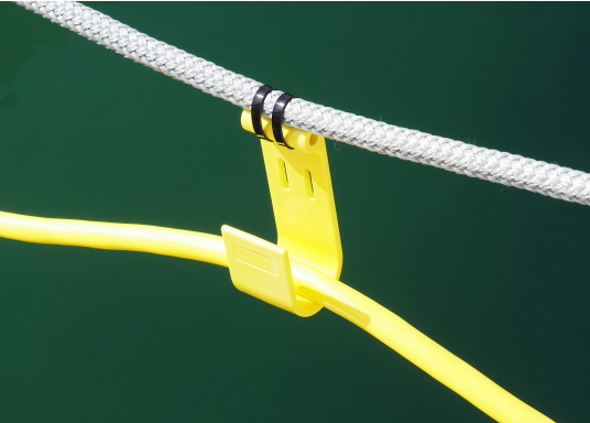 The JACK-IT plastic hook offers a wide range of applications. It allows you, for example, to run the shore power cable or the water hose from the jetty comfortably and professionally to the boat. JACK-IT can remain on the mooring line when doing so. (Image 9 of 10)