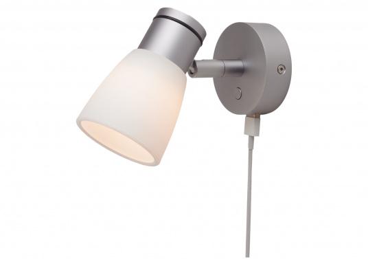 """Die hochwertige LED-Anbauleuchte R1-1 von PREBIT überzeugt mit hellem und angenehm, warmweißen Licht sowie integrierter Dimmfunktion """"Dim2Warm"""", Memoryfunktion und USB-Ladebuchse. Farbe: chrom-matt mit kreidweißem Glas."""