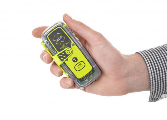 La PLB ResQLink 400 est le modèle successeur de la ResQLink+ d'ACR. Maintenant, cette PLB flottante est plus petite et plus légère qu'avant. Les boutons Test et déclenchement sont désormais séparés. Grâce à cela, l'utilisation de la balise en situation de danger est plus facile et plus claire. Les récepteurs GPS, GNSS et GALILEO augmentent la traçabilité mondiale de la ResQLink 400. (Image 5 de 6)