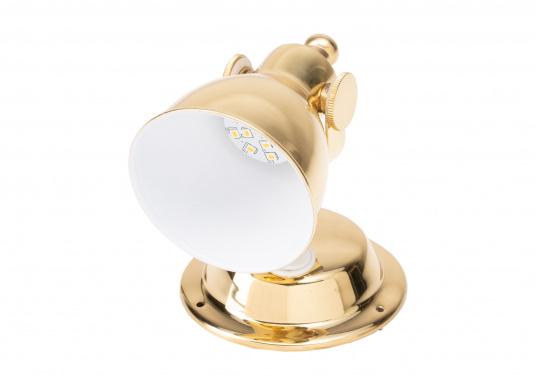 The highly polished brass housing gives this LED wall spotlight a stylish look. The reflector has a white coating on the inside for greater light emission. The lamp head can be swivelled. (Afbeelding 2 of 6)