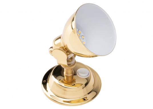 The highly polished brass housing gives this LED wall spotlight a stylish look. The reflector has a white coating on the inside for greater light emission. The lamp head can be swivelled. (Afbeelding 5 of 6)