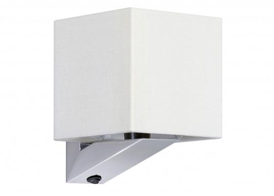Formschöne Wandleuchte mit satinierter Edelstahl-Halterung. Der viereckige Stofflampenschirm sorgt für ein angenehmes Licht im Raum. Mit Ein-/Aus-Schalter.Betriebsspannung: 24 V.