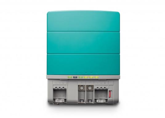 Die Mastervolt CombiMaster Serie vereint leichte Bedienung, Zuverlässigkeit und modernste Lade- sowie Netzwerktechnik. Für die leistungsstarken CombiMaster Geräte sind anspruchsvolle Anwendungen und höhe Ströme kein Problem.Dank der integrierten MasterBus-, CZone- und NMEA2000 Schnittstelle ist die CombiMaster Serie mit nahezu allen aktuellen Netzwerktechniken und Endgeräten kompatibel. (Bild 5 von 9)