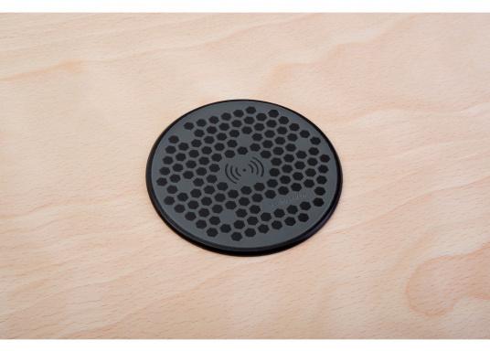 Das kompakte und wasserdichte Ladegerät SURFACE ermöglicht ein kabelloses, induktives Laden Ihres Smartphones sowohl über, als auch unter Deck. Geeignet für 12 und 24 V. Qi-Zertifiziert. (Bild 9 von 10)
