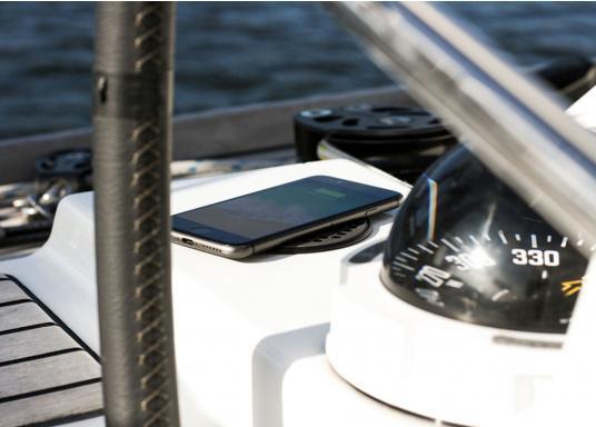 Das kompakte und wasserdichte Ladegerät SURFACE ermöglicht ein kabelloses, induktives Laden Ihres Smartphones sowohl über, als auch unter Deck. Geeignet für 12 und 24 V. Qi-Zertifiziert. (Bild 5 von 10)