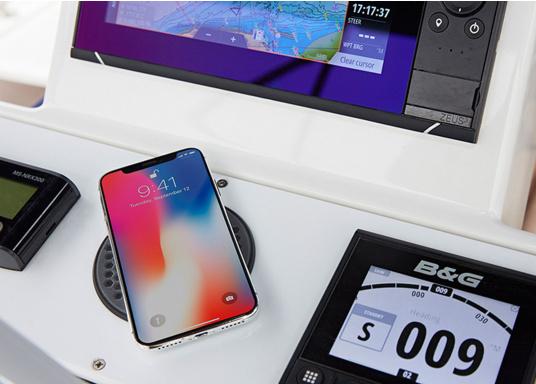 Das kompakte und wasserdichte Ladegerät SURFACE ermöglicht ein kabelloses, induktives Laden Ihres Smartphones sowohl über, als auch unter Deck. Geeignet für 12 und 24 V. Qi-Zertifiziert. (Bild 6 von 10)