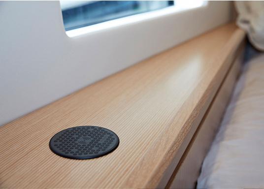Das kompakte und wasserdichte Ladegerät SURFACE ermöglicht ein kabelloses, induktives Laden Ihres Smartphones sowohl über, als auch unter Deck. Geeignet für 12 und 24 V. Qi-Zertifiziert. (Bild 4 von 10)