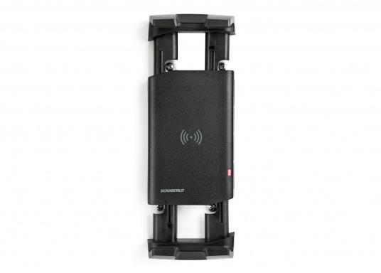 Das Ladegerät ACTIVE ermöglicht ein kabelloses, induktives Laden Ihres Smartphones sowohl über, als auch unter Deck.Geeignet für alle Smartphone-Größen verschiedenster Hersteller.Wasserdicht und UV-beständig. Qi-zertifiziert. (Bild 3 von 7)