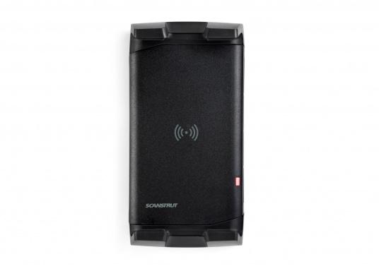 Das Ladegerät ACTIVE ermöglicht ein kabelloses, induktives Laden Ihres Smartphones sowohl über, als auch unter Deck.Geeignet für alle Smartphone-Größen verschiedenster Hersteller.Wasserdicht und UV-beständig. Qi-zertifiziert. (Bild 4 von 7)