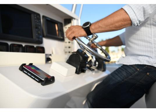 Das Ladegerät ACTIVE ermöglicht ein kabelloses, induktives Laden Ihres Smartphones sowohl über, als auch unter Deck.Geeignet für alle Smartphone-Größen verschiedenster Hersteller.Wasserdicht und UV-beständig. Qi-zertifiziert. (Bild 7 von 7)
