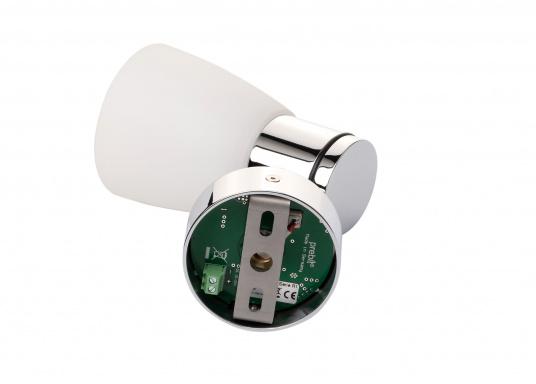 """Die hochwertige LED-Wandleuchte R1-1 von PREBIT überzeugt mit hellem und angenehm, warmweißen Licht sowie integrierter Dimmfunktion """"Dim2Warm"""" und Memoryfunktion. Farbe: chrom-glänzend mit kreideweißem Glas. (Bild 2 von 4)"""