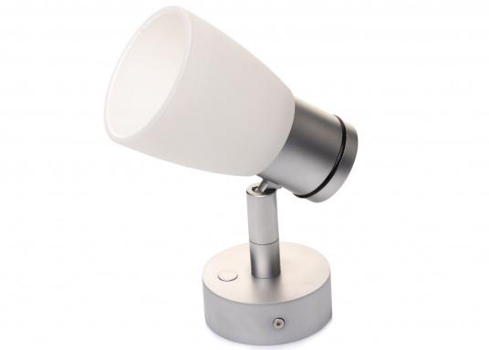 """Die hochwertige LED-Wandleuchte R1-1 von PREBIT überzeugt mit hellem und angenehm, warmweißen Licht sowie integrierter Dimmfunktion """"Dim2Warm"""" und Memoryfunktion. Farbe: chrom-matt mit kreideweißem Glas."""