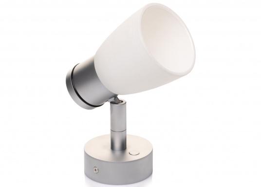 """Die hochwertige LED-Wandleuchte R1-1 von PREBIT überzeugt mit hellem und angenehm, warmweißen Licht sowie integrierter Dimmfunktion """"Dim2Warm"""" und Memoryfunktion. Farbe: chrom-matt mit kreideweißem Glas. (Bild 3 von 5)"""