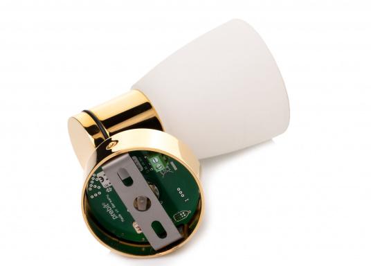 """Die hochwertige LED-Wandleuchte R1-1 von PREBIT überzeugt mit hellem und angenehm, warmweißen Licht sowie integrierter Dimmfunktion """"Dim2Warm"""" und Memoryfunktion. Farbe: gold-glänzend mit kreideweißem Glas. (Bild 3 von 5)"""