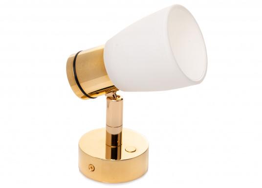 """Die hochwertige LED-Wandleuchte R1-1 von PREBIT überzeugt mit hellem und angenehm, warmweißen Licht sowie integrierter Dimmfunktion """"Dim2Warm"""" und Memoryfunktion. Farbe: gold-glänzend mit kreideweißem Glas. (Bild 4 von 5)"""