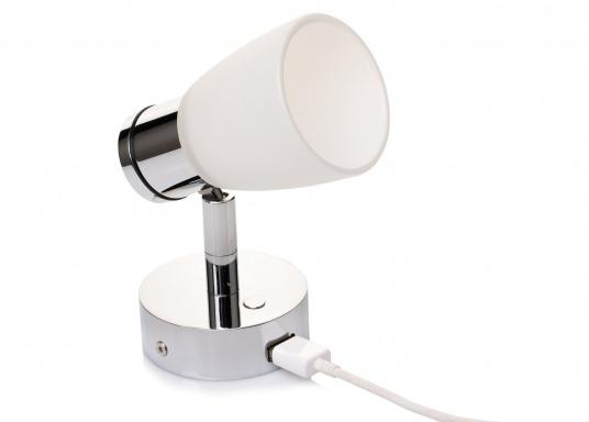 """Die hochwertige LED-Wandleuchte R1-1 von PREBIT überzeugt mit hellem und angenehm, warmweißen Licht sowie integrierter Dimmfunktion """"Dim2Warm"""", Memoryfunktion und USB-Ladebuchse. Farbe: chrom-glänzend mit satiniert-weißem Glas."""