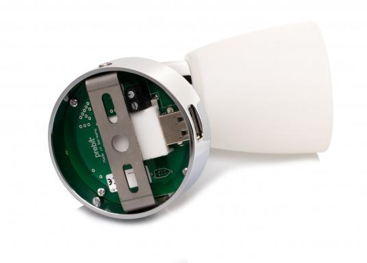 """Die hochwertige LED-Wandleuchte R1-1 von PREBIT überzeugt mit hellem und angenehm, warmweißen Licht sowie integrierter Dimmfunktion """"Dim2Warm"""", Memoryfunktion und USB-Ladebuchse. Farbe: chrom-glänzend mit satiniert-weißem Glas. (Bild 6 von 7)"""