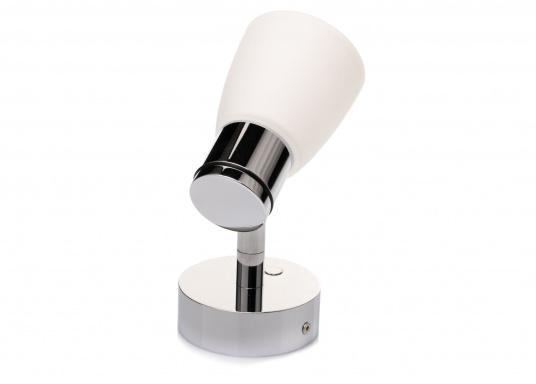 """Die hochwertige LED-Wandleuchte R1-1 von PREBIT überzeugt mit hellem und angenehm, warmweißen Licht sowie integrierter Dimmfunktion """"Dim2Warm"""", Memoryfunktion und USB-Ladebuchse. Farbe: chrom-glänzend mit satiniert-weißem Glas. (Bild 3 von 7)"""
