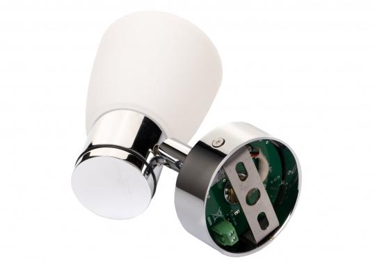 """Die hochwertige LED-Wandleuchte R1-1 von PREBIT überzeugt mit hellem und angenehm, warmweißen Licht sowie integrierter Dimmfunktion """"Dim2Warm"""" und Memoryfunktion. Farbe: chrom-glänzend mit satiniert-weißem Glas. (Bild 4 von 5)"""