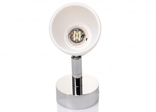 """Die hochwertige LED-Wandleuchte R1-1 von PREBIT überzeugt mit hellem und angenehm, warmweißen Licht sowie integrierter Dimmfunktion """"Dim2Warm"""" und Memoryfunktion. Farbe: chrom-glänzend mit satiniert-weißem Glas. (Bild 2 von 5)"""