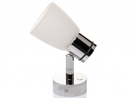 """Die hochwertige LED-Wandleuchte R1-1 von PREBIT überzeugt mit hellem und angenehm, warmweißen Licht sowie integrierter Dimmfunktion """"Dim2Warm"""" und Memoryfunktion. Farbe: chrom-glänzend mit satiniert-weißem Glas. (Bild 3 von 5)"""