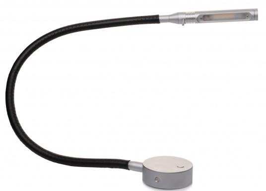 Die formschöne LED-Flexleuchte 07-1 von PREBIT lässt sich stufenlos dimmen, speichert die zuletzt vorgenommene Lichteinstellung und erzeugt ein angenehmes, warmweißes Licht. Oberfläche: chrom-matt mit schwarzem Lederüberzug.