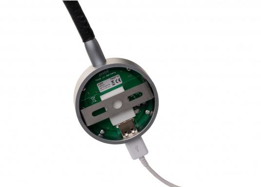 Die formschöne LED-Flexleuchte 07-1 von PREBIT lässt sich stufenlos dimmen, speichert die zuletzt vorgenommene Lichteinstellung, verfügt über eine integrierte USB-Ladebuchse und erzeugt ein angenehmes, warmweißes Licht. Oberfläche: chrom-matt mit schwarzem Lederüberzug. (Bild 3 von 3)