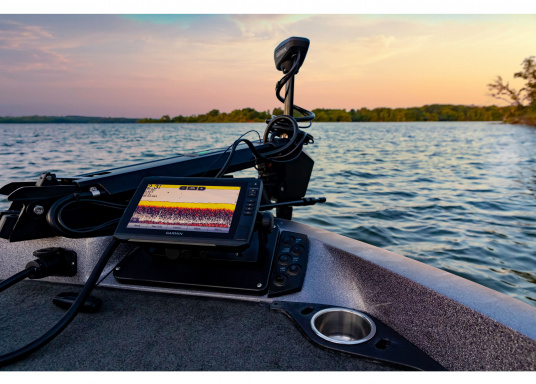 """Der Kartenplotter ECHOMAP 72cv UHDinkl. GT24-UHD-TM-Geberist auch bei Sonneneinstrahlung gut lesbar. Ausgestattet mit einem 7"""" Touchscreen und einem Haltebügel mit Schnellentriegelung. Der im Lieferumfang enthaltene Geber liefert per Ultra-HD ClearVü ein gestochen scharfes Bild sowie traditionelle High-Wide CHIRP Echolotbilder mit weiteren detailgenauen Unterwasserstrukturen. (Bild 12 von 12)"""