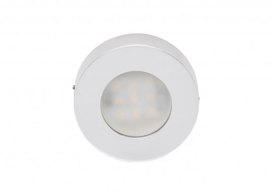 Die LED-AufbauleuchteASTERION Cist dank des modernen Designs ein richtiger Hingucker. Sie sieht nicht nur schick aus, sondern erzeugt auch mit ihrer warmweißen Lichtfarbe eine angenehme Atmosphäre. Ein- und Ausschalten können Sie die Lampe mit dem Schalter an der Seite. Ebenfalls bietet diese spezielle Leuchte eine einfache Montage sowie ein robustes Gehäuse aus verchromtem Messing. (Bild 2 von 4)