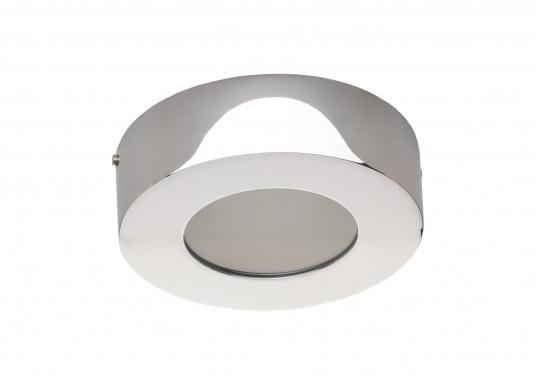 Die LED-AufbauleuchteASTERION Cist dank des modernen Designs ein richtiger Hingucker. Sie sieht nicht nur schick aus, sondern erzeugt auch mit ihrer warmweißen Lichtfarbe eine angenehme Atmosphäre. Ein- und Ausschalten können Sie die Lampe mit dem Schalter an der Seite. Ebenfalls bietet diese spezielle Leuchte eine einfache Montage sowie ein robustes Gehäuse aus verchromtem Messing.
