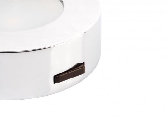 Die LED-AufbauleuchteASTERION Cist dank des modernen Designs ein richtiger Hingucker. Sie sieht nicht nur schick aus, sondern erzeugt auch mit ihrer warmweißen Lichtfarbe eine angenehme Atmosphäre. Ein- und Ausschalten können Sie die Lampe mit dem Schalter an der Seite. Ebenfalls bietet diese spezielle Leuchte eine einfache Montage sowie ein robustes Gehäuse aus verchromtem Messing. (Bild 3 von 4)