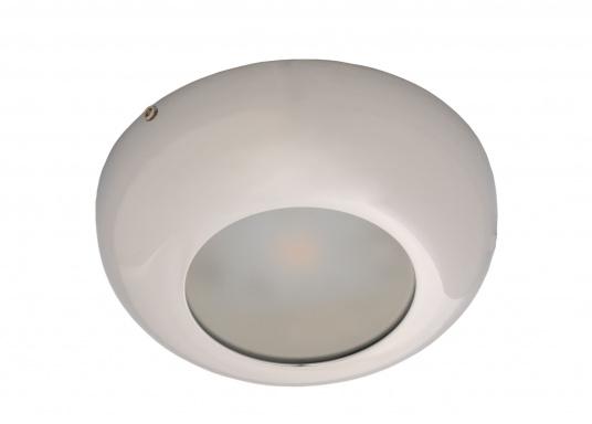 Die LED-AufbauleuchteASTERION Bist dank des modernen Designs ein richtiger Hingucker. Sie sieht nicht nur schick aus, sondern erzeugt auch mit ihrer warmweißen Lichtfarbe eine angenehme Atmosphäre. Ebenfalls bietet diese spezielle Leuchte eine einfache Montage sowie ein robustes Gehäuse aus verchromtem Messing.