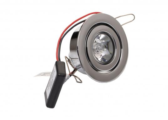 Die LED-Innenbauleuchte PHOENIX B ist dank des modernen Designs ein richtiger Hingucker. Sie sieht nicht nur schick aus, sondern erzeugt auch mit ihrer warmweißen Lichtfarbe eine angenehme Atmosphäre. Mit ihrer Schwenkfunktion lässt sich das Licht individuell verstellen. Ebenfalls bietet diese spezielle Leuchte eine einfache Montage sowie ein robustes Gehäuse aus verchromtem Messing. (Bild 2 von 3)