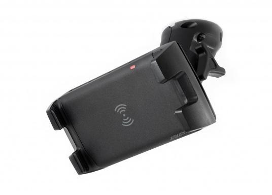 Das Ladegerät EDGE QI ermöglicht ein kabelloses, induktives Laden Ihres Smartphones sowohl über, als auch unter Deck.Geeignet für alle Smartphone-Größen verschiedenster Hersteller.Wasserdicht und UV-beständig. Qi-zertifiziert. Lieferung inklusive Halterung. (Bild 4 von 7)
