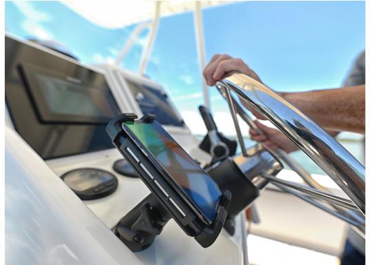 Das Ladegerät EDGE QI ermöglicht ein kabelloses, induktives Laden Ihres Smartphones sowohl über, als auch unter Deck.Geeignet für alle Smartphone-Größen verschiedenster Hersteller.Wasserdicht und UV-beständig. Qi-zertifiziert. Lieferung inklusive Halterung. (Bild 6 von 7)