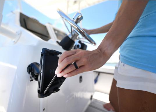 Das Ladegerät EDGE QI ermöglicht ein kabelloses, induktives Laden Ihres Smartphones sowohl über, als auch unter Deck.Geeignet für alle Smartphone-Größen verschiedenster Hersteller.Wasserdicht und UV-beständig. Qi-zertifiziert. Lieferung inklusive Halterung. (Bild 7 von 7)