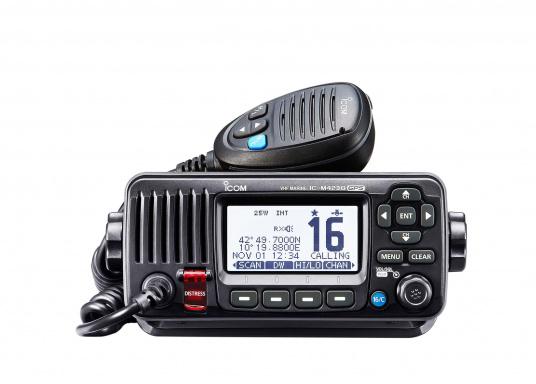 Das Seefunkgerät IC-M423GE von ICOM verfügt über einen integrierten GPS-Empfänger, ein gut ablesbares Display mit weißer LCD-Hintergrundfarbe, eine lasergeschnittene Tastatur und ein Handmikrofon. Lieferung inklusive externer GPS-Antenne.
