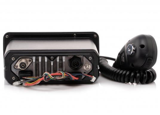Das Seefunkgerät IC-M423GE von ICOM verfügt über einen integrierten GPS-Empfänger, ein gut ablesbares Display mit weißer LCD-Hintergrundfarbe, eine lasergeschnittene Tastatur und ein Handmikrofon. Lieferung inklusive externer GPS-Antenne. (Bild 5 von 5)